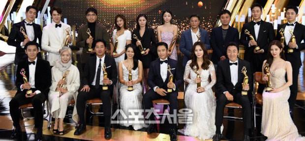 4 khoảnh khắc gây bão tại The Seoul Awards: Son Ye Jin tít mắt vì ôm tình tin đồn, Jung Hae In thay đổi hẳn sau phốt - Ảnh 10.
