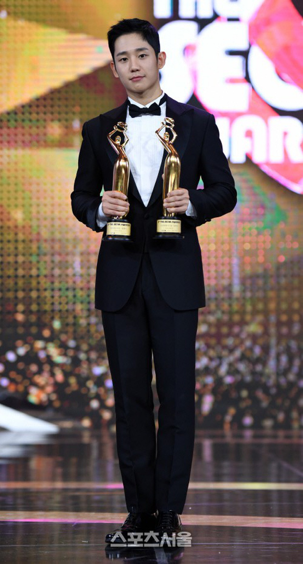 4 khoảnh khắc gây bão tại The Seoul Awards: Son Ye Jin tít mắt vì ôm tình tin đồn, Jung Hae In thay đổi hẳn sau phốt - Ảnh 9.