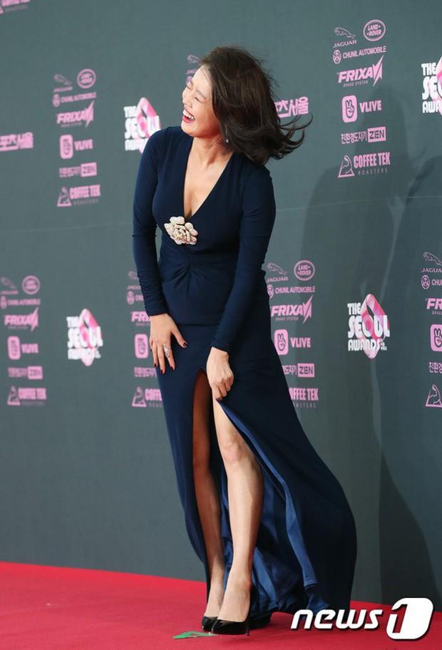 4 khoảnh khắc gây bão tại The Seoul Awards: Son Ye Jin tít mắt vì ôm tình tin đồn, Jung Hae In thay đổi hẳn sau phốt - Ảnh 17.