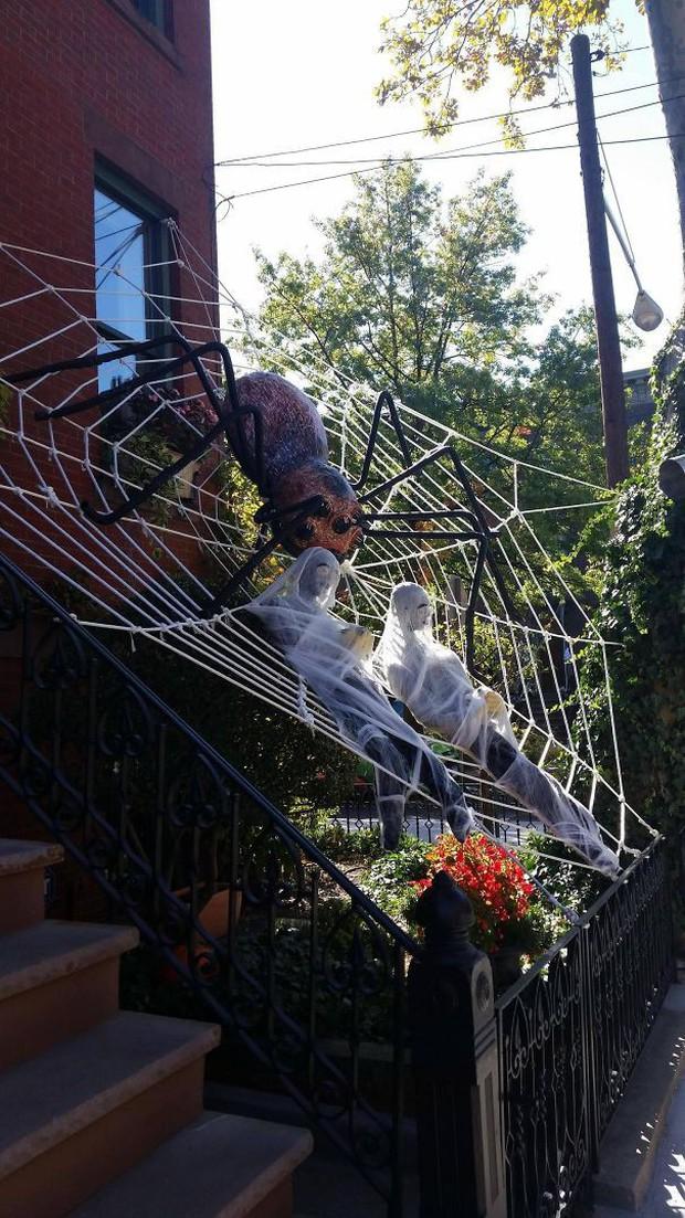 20 cách trang trí nhà cửa dịp Halloween khiến bọn trẻ phải khóc thét khi đến xin kẹo - Ảnh 13.