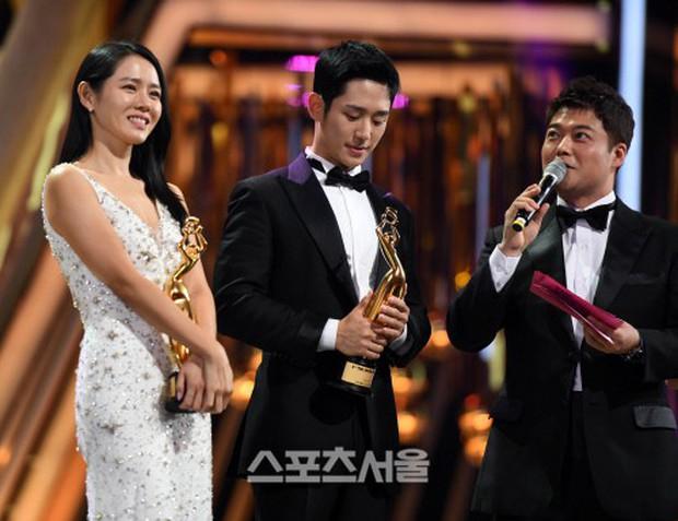 4 khoảnh khắc gây bão tại The Seoul Awards: Son Ye Jin tít mắt vì ôm tình tin đồn, Jung Hae In thay đổi hẳn sau phốt - Ảnh 1.