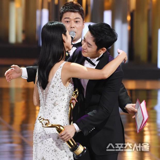 4 khoảnh khắc gây bão tại The Seoul Awards: Son Ye Jin tít mắt vì ôm tình tin đồn, Jung Hae In thay đổi hẳn sau phốt - Ảnh 2.
