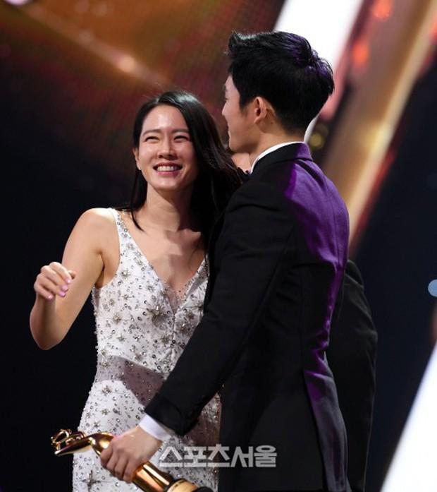 4 khoảnh khắc gây bão tại The Seoul Awards: Son Ye Jin tít mắt vì ôm tình tin đồn, Jung Hae In thay đổi hẳn sau phốt - Ảnh 3.