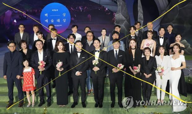 4 khoảnh khắc gây bão tại The Seoul Awards: Son Ye Jin tít mắt vì ôm tình tin đồn, Jung Hae In thay đổi hẳn sau phốt - Ảnh 8.