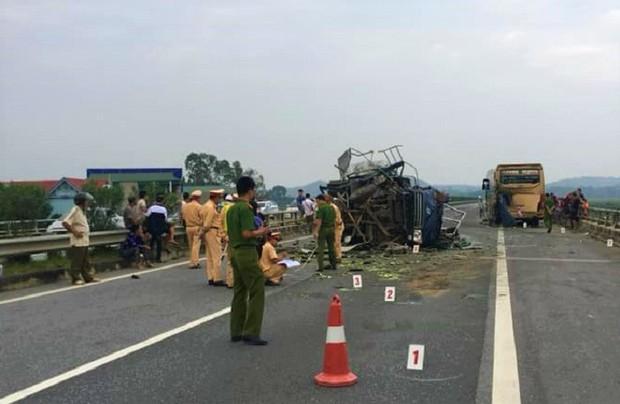 Tông vào đuôi xe khách, xe tải lật nghiêng chắn ngang cao tốc Nội Bài - Lào Cai - Ảnh 1.
