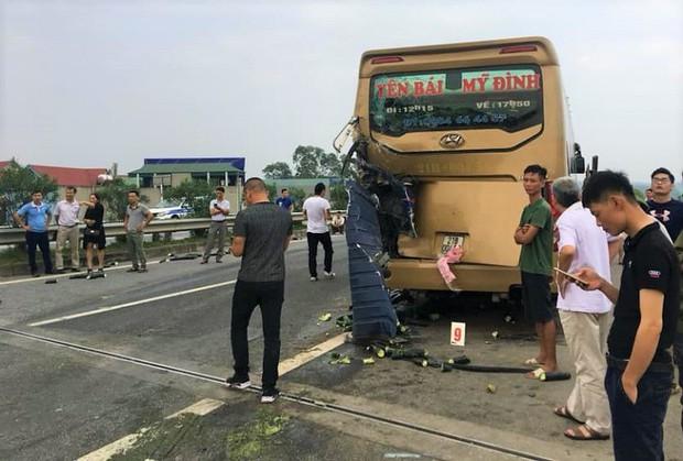 Tông vào đuôi xe khách, xe tải lật nghiêng chắn ngang cao tốc Nội Bài - Lào Cai - Ảnh 2.