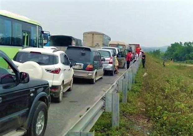 Tông vào đuôi xe khách, xe tải lật nghiêng chắn ngang cao tốc Nội Bài - Lào Cai - Ảnh 4.