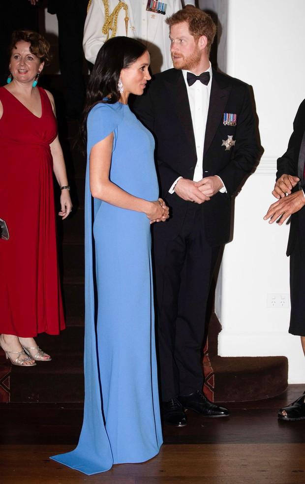 Vài ngày sau khi diện đầm 300 triệu VNĐ, Công nương Meghan xuất hiện với váy bầu bình dân có giá chỉ 1 triệu VNĐ - Ảnh 1.