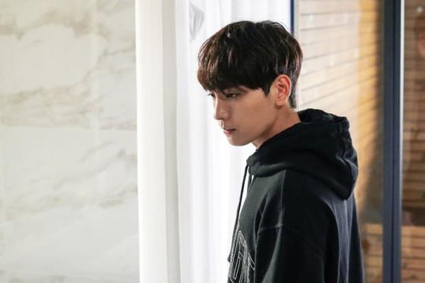 Bạn trai Park Shin Hye hoá fanboy quốc dân, cưới được idol Sooyoung trong phim mới - Ảnh 2.