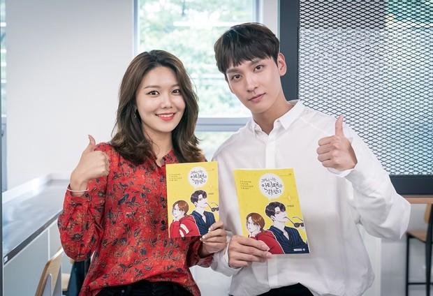 Bạn trai Park Shin Hye hoá fanboy quốc dân, cưới được idol Sooyoung trong phim mới - Ảnh 1.