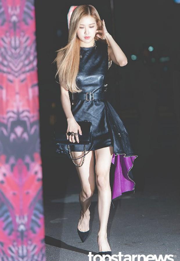 Cùng diện váy da: Rosé (Black Pink) xinh nhưng nhạt, Châu Đông Vũ lại mất công thêm thắt cho cá tính - Ảnh 1.