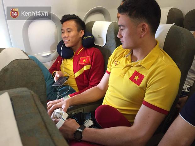 Tuyển thủ tuyển Việt Nam cũng phải trải qua chuyến bay bão tố khi tới Indonesia đá trận bán kết lượt đi AFF Cup 2 năm trước - Ảnh 2.