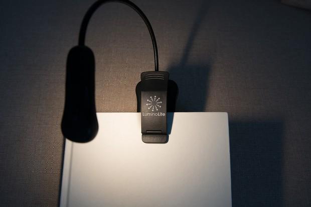 Loạt đèn đọc sách nhỏ mà có võ giúp hội mọt cày truyện thâu đêm suốt sáng - Ảnh 3.