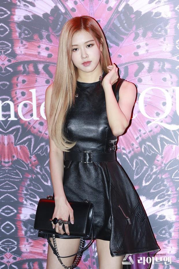 Cùng diện váy da: Rosé (Black Pink) xinh nhưng nhạt, Châu Đông Vũ lại mất công thêm thắt cho cá tính - Ảnh 3.