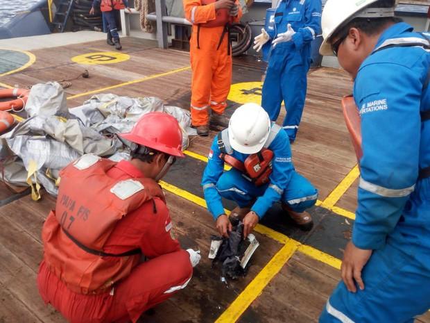 Cứu hộ máy bay Indonesia chở 189 người rơi xuống biển: Không hy vọng có người sống sót - Ảnh 5.