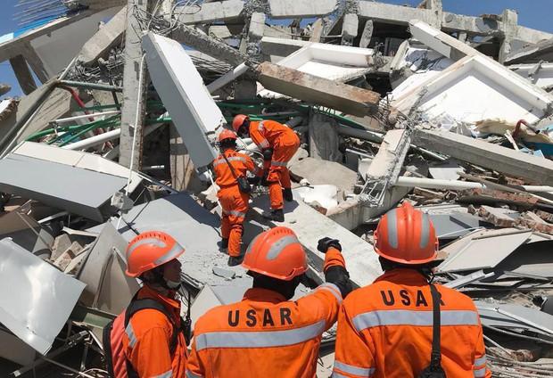 Những hình ảnh ghi lại cảnh tượng kinh hoàng do thảm hoạ kép động đất - sóng thần gây ra ở Indonesia - Ảnh 5.