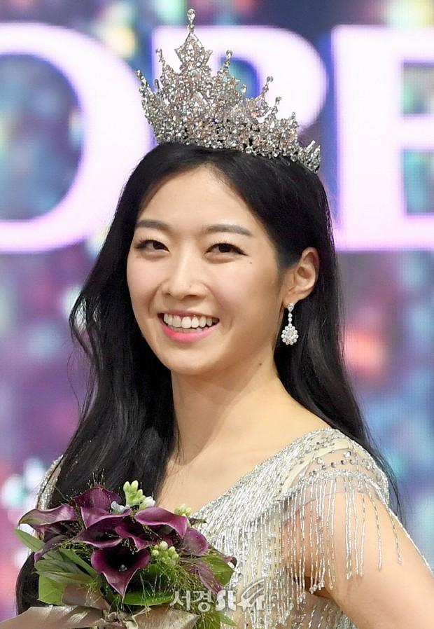 Tân Hoa hậu Hàn Quốc hứng gạch vì diện đầm như quấn khăn lên thảm đỏ Korea Drama Awards, nhan sắc tranh cãi - Ảnh 4.
