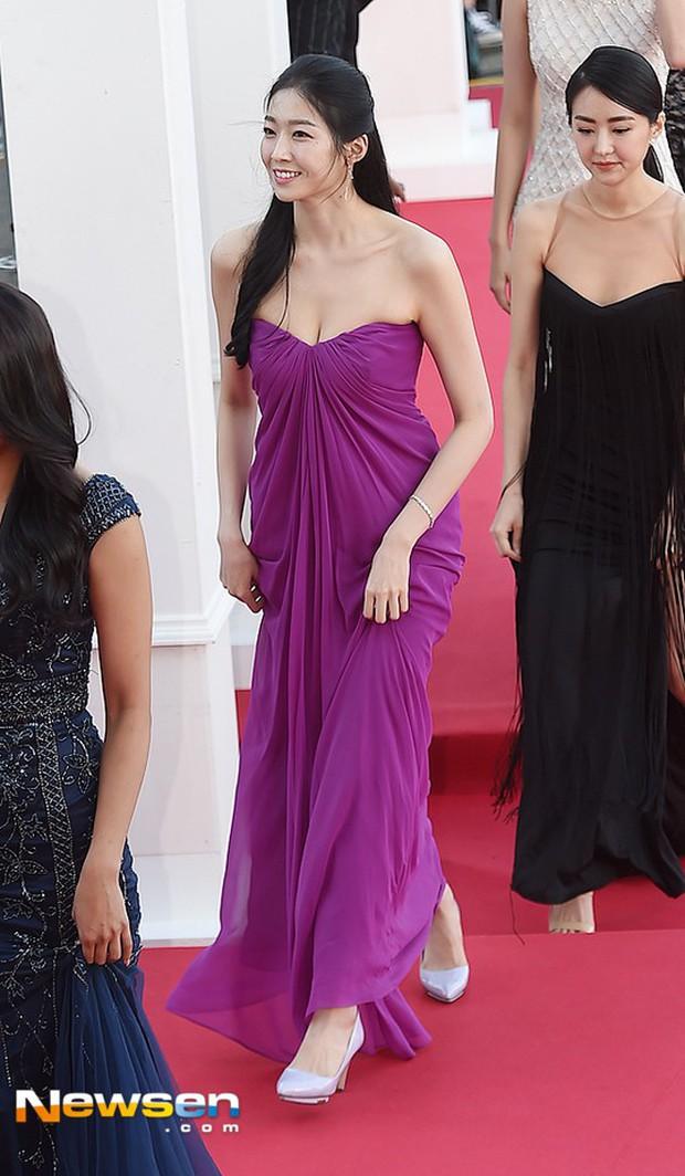 Tân Hoa hậu Hàn Quốc hứng gạch vì diện đầm như quấn khăn lên thảm đỏ Korea Drama Awards, nhan sắc tranh cãi - Ảnh 2.