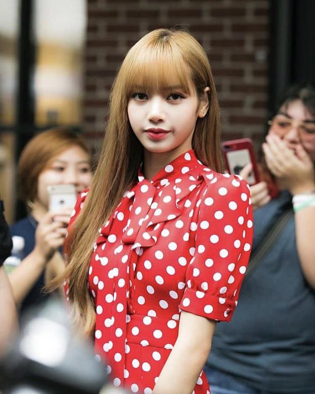 """Black Pink lần đầu dự Tuần lễ thời trang: Jennie xinh mà """"nhạt"""", Lisa tỏa sáng nhưng vẫn """"sến"""" - Ảnh 2."""