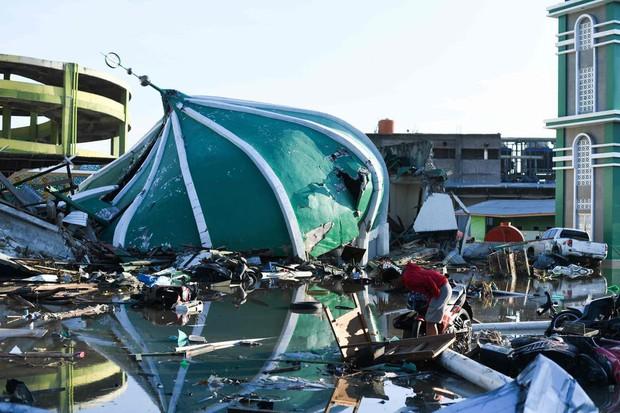 Những hình ảnh ghi lại cảnh tượng kinh hoàng do thảm hoạ kép động đất - sóng thần gây ra ở Indonesia - Ảnh 3.