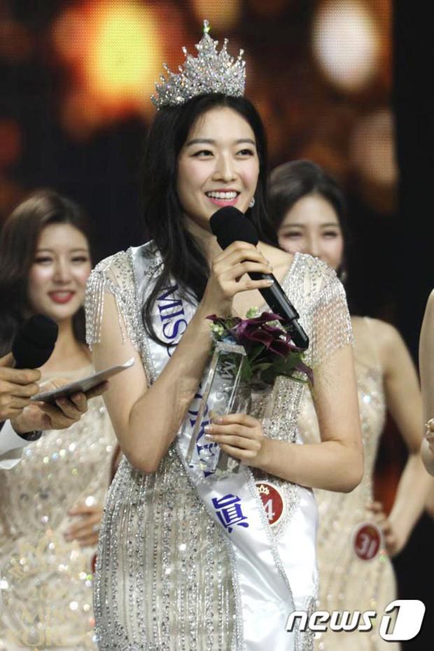 Tân Hoa hậu Hàn Quốc hứng gạch vì diện đầm như quấn khăn lên thảm đỏ Korea Drama Awards, nhan sắc tranh cãi - Ảnh 5.