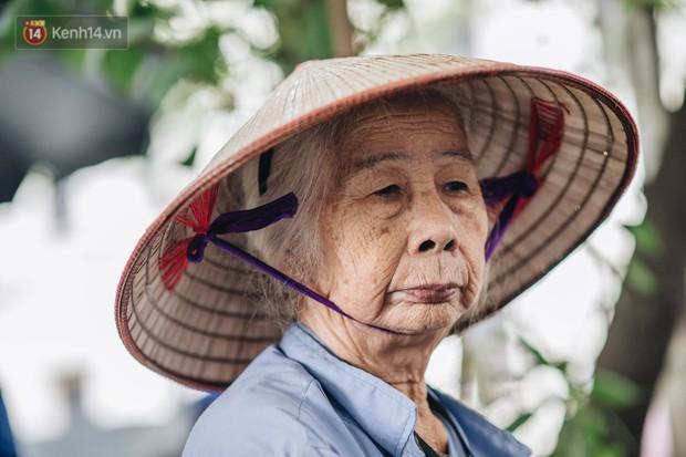 Cụ bà được mệnh danh nữ hùng vá săm vỉa hè Hà Nội: Nghỉ hưu sau 21 năm vá xe, bỏ rượu bia để sống khoẻ mạnh - Ảnh 1.
