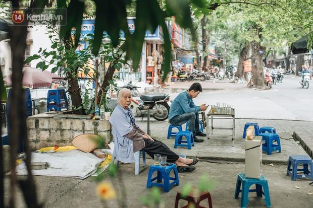 Cụ bà được mệnh danh nữ hùng vá săm vỉa hè Hà Nội: Nghỉ hưu sau 21 năm vá xe, bỏ rượu bia để sống khoẻ mạnh - Ảnh 3.