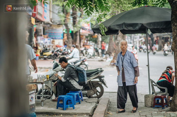 Cụ bà được mệnh danh nữ hùng vá săm vỉa hè Hà Nội: Nghỉ hưu sau 21 năm vá xe, bỏ rượu bia để sống khoẻ mạnh - Ảnh 9.