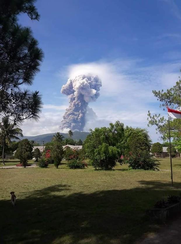 Chỉ vài ngày sau động đất và sóng thần, núi lửa tại Indonesia cũng bùng nổ - Ảnh 2.