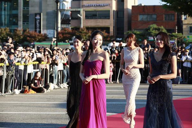 Tân Hoa hậu Hàn Quốc hứng gạch vì diện đầm như quấn khăn lên thảm đỏ Korea Drama Awards, nhan sắc tranh cãi - Ảnh 1.