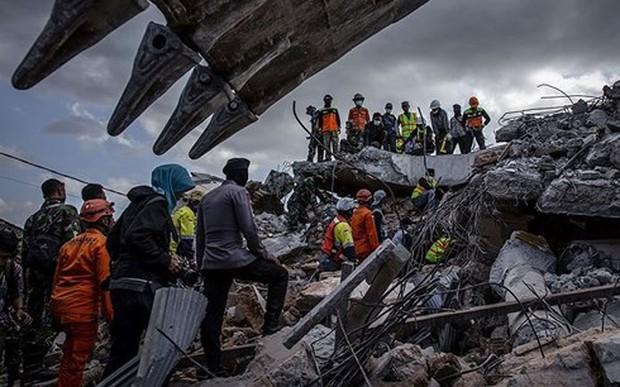 Indonesia nỗ lực ngăn chặn bùng phát dịch bệnh sau động đất - Ảnh 1.