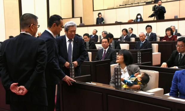 Nữ chính khách Nhật Bản ngậm thuốc ho khi phát biểu bị đuổi khỏi phòng họp - Ảnh 1.