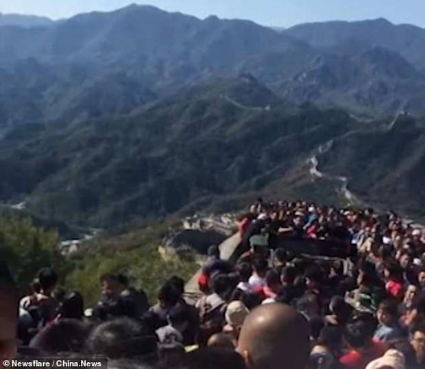 Tuần lễ Quốc khánh tại Trung Quốc: Hàng chục nghìn du khách đổ xô tới Vạn Lý Trường Thành, gây ách tắc nghiêm trọng - Ảnh 3.