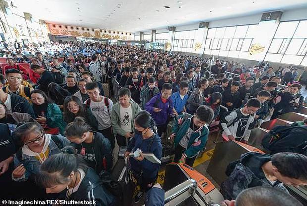 Tuần lễ Quốc khánh tại Trung Quốc: Hàng chục nghìn du khách đổ xô tới Vạn Lý Trường Thành, gây ách tắc nghiêm trọng - Ảnh 4.
