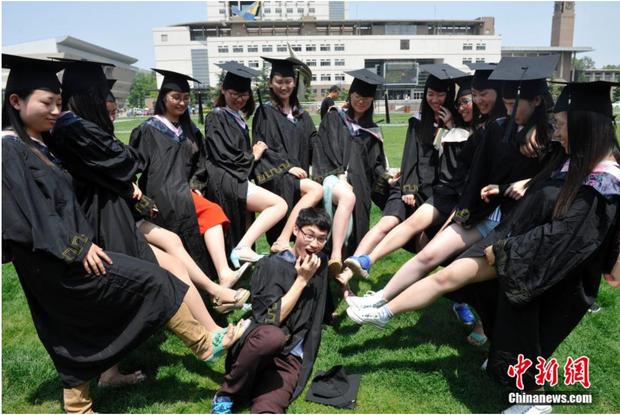 Sinh viên Trung Quốc chụp ảnh kỷ yếu: Kẻ khoe chân dài miên man cả thước, người sexy quyến rũ với bikini - Ảnh 14.