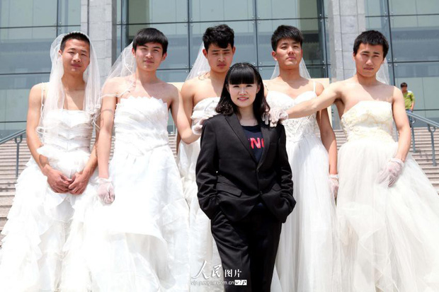 Sinh viên Trung Quốc chụp ảnh kỷ yếu: Kẻ khoe chân dài miên man cả thước, người sexy quyến rũ với bikini - Ảnh 1.