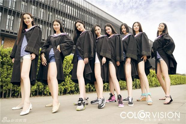 Sinh viên Trung Quốc chụp ảnh kỷ yếu: Kẻ khoe chân dài miên man cả thước, người sexy quyến rũ với bikini - Ảnh 16.