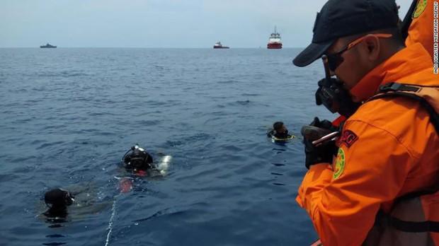 Đội cứu hộ Indonesia mang 24 túi đựng thi thể nạn nhân vụ máy bay Lion Air rơi về nơi nhận dạng - Ảnh 8.