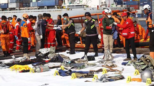 Đội cứu hộ Indonesia mang 24 túi đựng thi thể nạn nhân vụ máy bay Lion Air rơi về nơi nhận dạng - Ảnh 9.