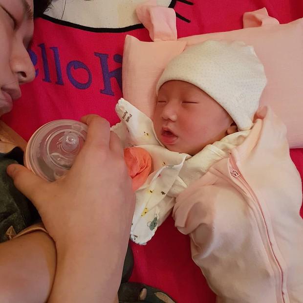 Loạt biểu cảm đưa con gái 20 ngày tuổi của JustaTee lên hàng ngôi sao meme mới của MXH - Ảnh 8.