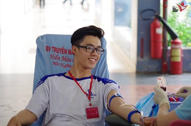Cười tươi khi đi hiến máu, nam sinh đẹp trai lộ tên thật đặc biệt khi được hỏi xin info - Ảnh 1.