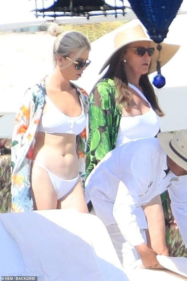 Người bố chuyển giới của Kendall - Kylie tự tin mặc áo tắm khoe dáng bên bạn gái trạc tuổi các con - Ảnh 7.