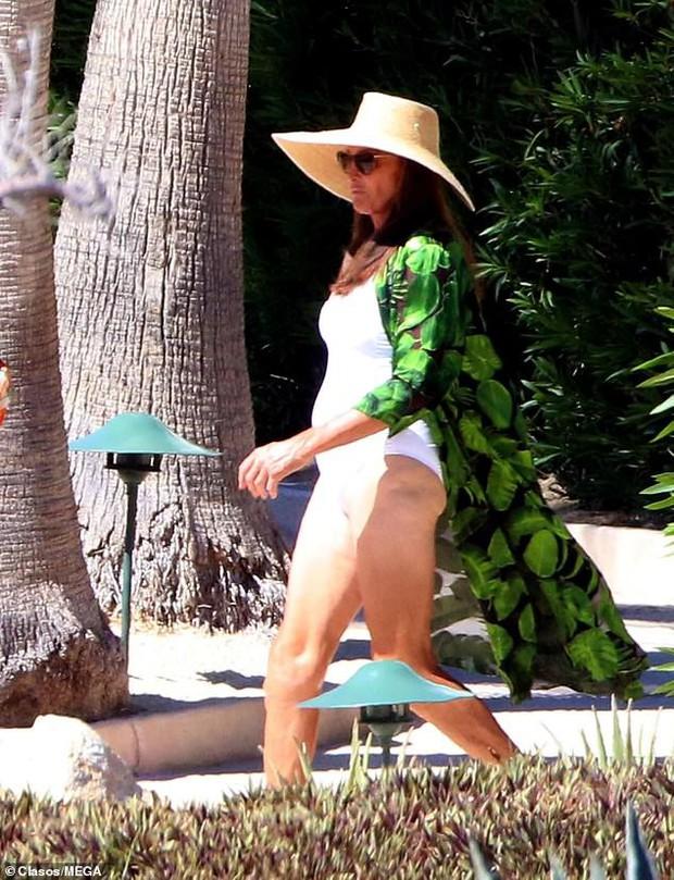 Người bố chuyển giới của Kendall - Kylie tự tin mặc áo tắm khoe dáng bên bạn gái trạc tuổi các con - Ảnh 4.