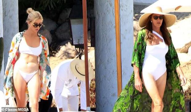 Người bố chuyển giới của Kendall - Kylie tự tin mặc áo tắm khoe dáng bên bạn gái trạc tuổi các con - Ảnh 2.