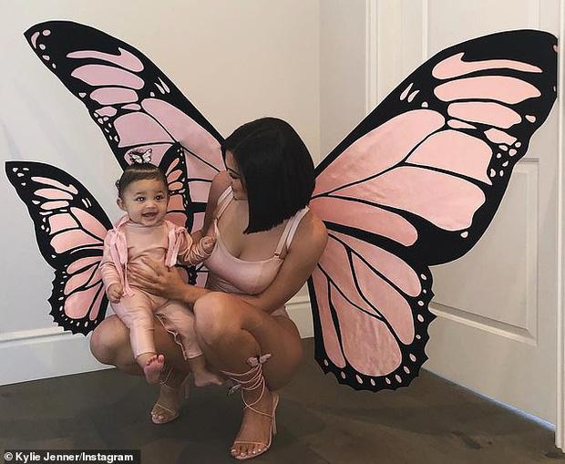 Kylie Jenner hóa trang Halloween thành bươm bướm sexy, tặng mẹ món quà cực chất trị giá 5,8 tỷ - Ảnh 3.