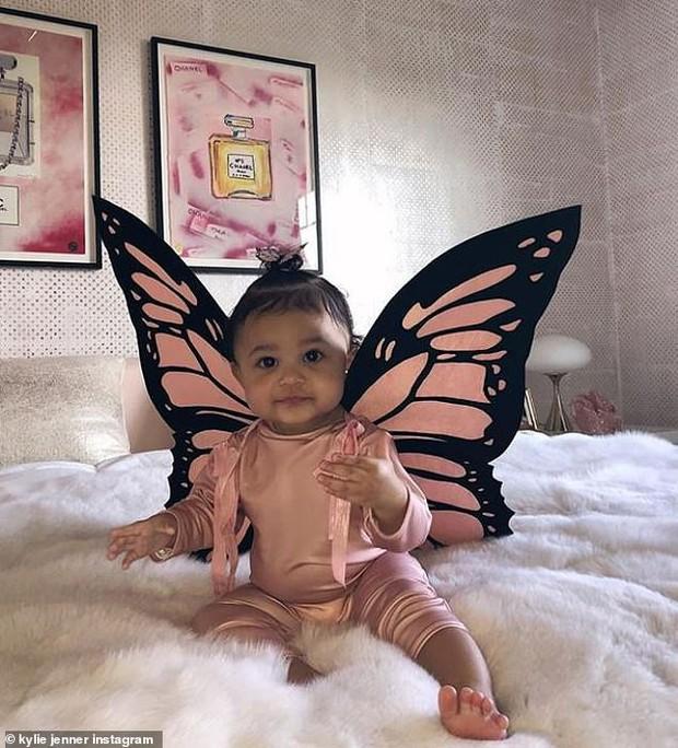Kylie Jenner hóa trang Halloween thành bươm bướm sexy, tặng mẹ món quà cực chất trị giá 5,8 tỷ - Ảnh 4.
