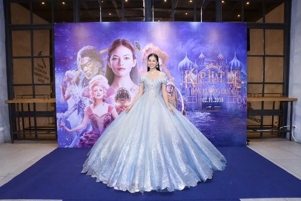 Hoa hậu Tiểu Vy xinh như công chúa trong buổi ra mắt Kẹp Hạt Dẻ và Bốn Vương Quốc - Ảnh 4.