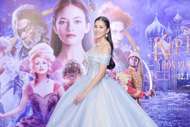 Hoa hậu Tiểu Vy xinh như công chúa trong buổi ra mắt Kẹp Hạt Dẻ và Bốn Vương Quốc - Ảnh 2.