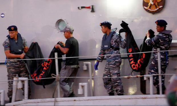 Đội cứu hộ Indonesia mang 24 túi đựng thi thể nạn nhân vụ máy bay Lion Air rơi về nơi nhận dạng - Ảnh 7.