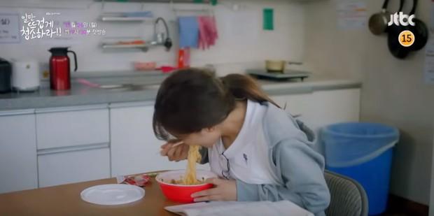 Bất chấp tạo hình nàng giúp việc lôi thôi, Kim Yoo Jung vẫn xinh rạng ngời trong teaser phim mới - Ảnh 4.